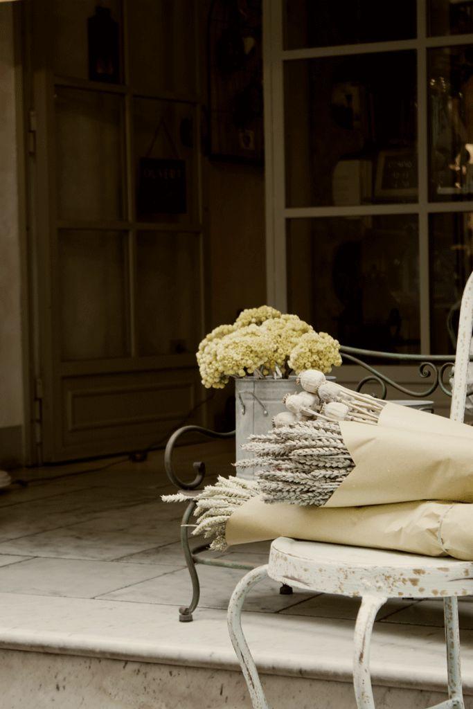 In un'infilata di vecchi fondi nel cuore del centro storico di Pietrasanta puoi scoprire le proposte per la casa di MEMORIE: mobili e complementi d'arredo, biancheria e tessuti per la casa, ma anche profumazioni, saponi artigianali, stampe e pubblicazioni dal mondo.