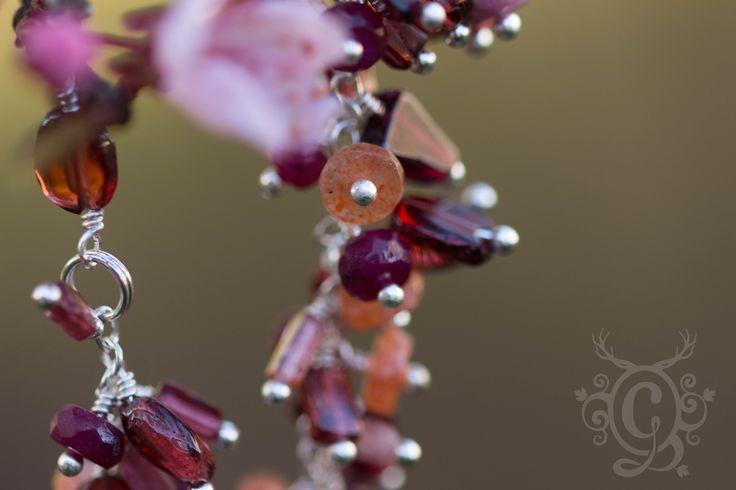 Bracelet rubis grenat pierre de soleil tourmaline . Danses des Maîtres des Vitraux . : Bracelet par grenouilleries