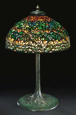 A RARE MAPLE LEAF TABLE LAMP. Tiffany Farbiges GlasBuntglaslampenTiffany  GlasAntiquitäten LampenLampenlichtTischlampenMosaik