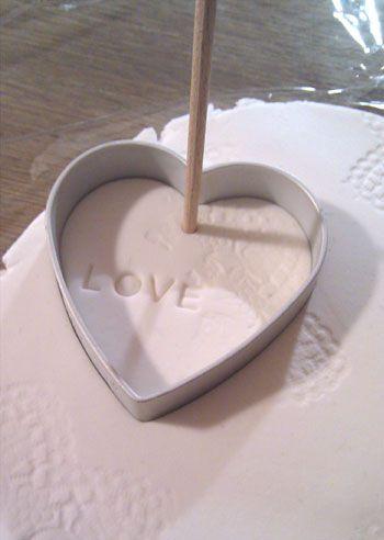 Trabajando la pasta fimo para hacer los adornos. Luego con un cepillo de púas se podrían hacer los agujeros para trabajar el punto de cruz.