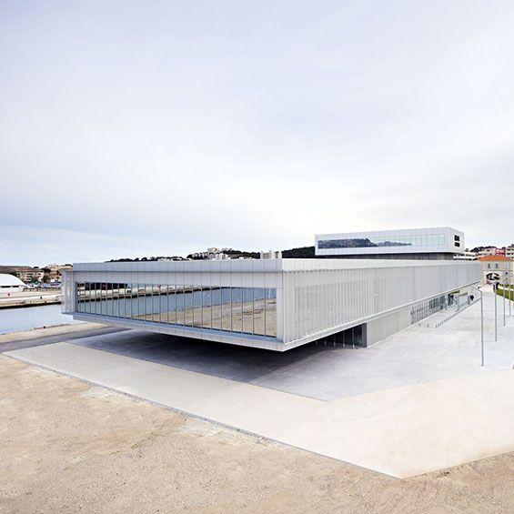 Dans le Var, l'agence DATA Architectes livre un complexe de loisirs incluant un casino, deux restaurants, un bar et une salle de spectacle. Implanté sur le site des anciens chantiers navals de la Seyne-sur-Mer, le bâtiment recompose les co...