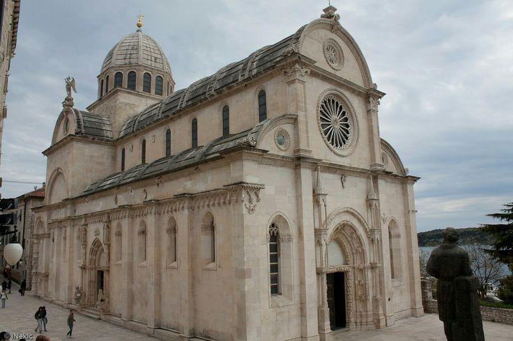 Cattedrale di Sebenico (San Giacomo). Iniziata nel 1402. Dal 1441 al 1475 vi lavora Giorgio Orsini. Yra il 1475 e il 1536 vi lavora Nicolò di Giovanni Fiorentino.
