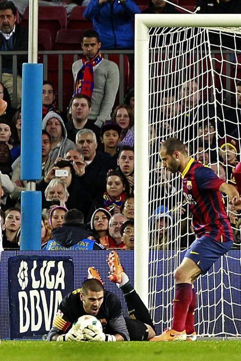 GRA511. BARCELONA 26/03/2014.- El portero del FC Barcelona, Víctor Valdés (i), durante el partido de Liga en Primera División ante el Celta ...
