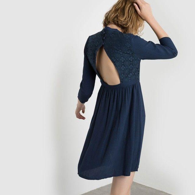 La robe manches 3/4 Mademoiselle R. Robe coupe légèrement cintrée, effet froncé à la taille. Jeu de dentelle façon plastron devant. Col rond. Empiècement ouvert au dos. Fermeture boutonnée dans le dos du col.Composition & détailsMarque : Mademoiselle RMatières : 100% ViscoseLongueur : 88 cmEntretienLavable en machine à 30° avec des coloris similairesLaver et repasser sur l'enversRepassage à très faible température