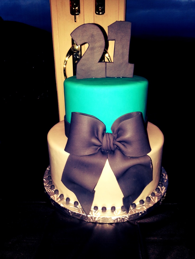 I love these colors and he bow! So cute and classy! With a couple sparlker candles this could be perfect! ☺