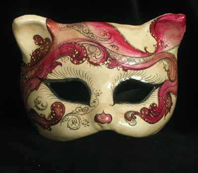 Little cute pink cat: so sweet!   Maschera realizzata in cartapesta. Il disegno è realizzato con colori acrili a mano libera, rendendola quindi assoutamente unica. Infine, la maschera è impreziosita dalla tecnica dello screpolato....