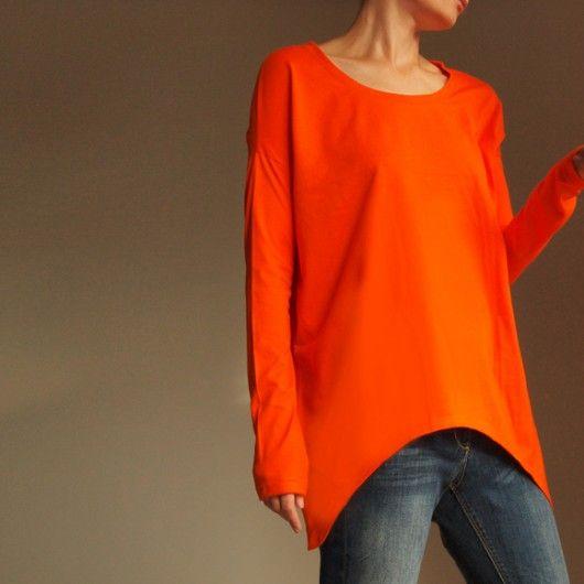 Pomarańczowa bluzka z bardzo długimi rękawami.   Luźny, oversize'owy krój. Rozmiar podany na rysunku.  Chętnie wykonamy bluzkę w innym rozmiarze. Na życzenie możemy wykonać mniejszą lub większą.  Koszulka, 100%  bawełny. Prać ręcznie, w 40  stopniach.  Uwaga: produkt  wykonywa...