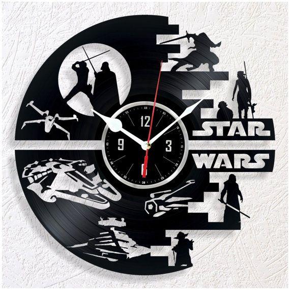 Reloj de pared de vinilo STAR WARS. Gran regalo para un fan de STAR WARS. El tamaño del reloj es de 12(30cm). Tiene un fuerte soporte en la parte posterior del reloj. El artículo viene en una caja protegida de cartón blanco que puede ser regalo wraped. Utilizo en todos mi relojes alta calidad movimiento mecanismo que opera muy silencioso. Pilas AA incluidas. En el caso de tu artículo llega dañado será cambiar su reloj con una nueva o voy a ofrecer un reembolso completo (sírvase proporcionar…