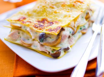 Lasagnes au poulet et aux champignons 450 g d'une poêlée surgelée de champignons cuisinés  • 350 g de blanc de poulet • 1 l de lait  • 200 g de gruyère râpé • 50 g de beurre • 5 grosses cuil. à soupe de farine • 2 cuil. à soupe d'huile d'olive • un peu de noix de muscade râpée • sel, poivre