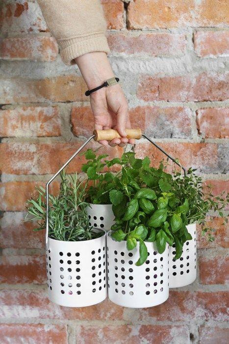 En mobil odling är bra på många sätt. Du kanske vill flytta den från sol till skugga, från köket till grillen, från altanen till matbordet – eller varför inte ge bort som en gå bort-present? Här visar vi ett smart Ikea-hack där vi förvandlar ett par bestickställ till en flyttbar örtodling.