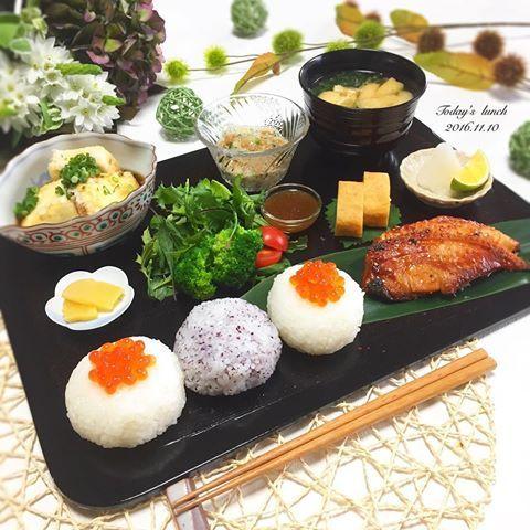 . 母にオシャレな和風プレートを もらったので今日は#和ンプレート  . ✿ 鯛のみりん焼き ✿ お味噌汁 ✿ 卵焼き ✿ ねぎ納豆 ✿ サラダ ✿ ゆず豆腐の揚げ出し豆腐 ✿ たくあん ✿ いくらの手毬寿司 ✿ しそむすび . ごちそうさまでした❤️ . 気付けばフォロワーさんが 5,000人を超えました☺️ . 皆さん、いつもいいねや温かいコメント 本当にありがとうございます♀️ . すっごく励みになってます . 出産をきっかけに家にいる事が増えたので 妹に人気のインスタグラマーさんを教えてもらい 何気なく始めた料理写真の投稿ですが こんなにたくさんの方々にフォローして 頂けるとは思ってもいませんでした . マイペースではありますが これからも仲良くして頂けると嬉しいです . #和食 #ワンプレート #昼ごはん #晩ごはん #おうちごはん #クッキングラム #デリスタグラマー #おうちカフェ #料理 #料理写真 #手料理 #料理教室 #delicious #LIN_stagrammer #instafood #yummy #kitakyush...