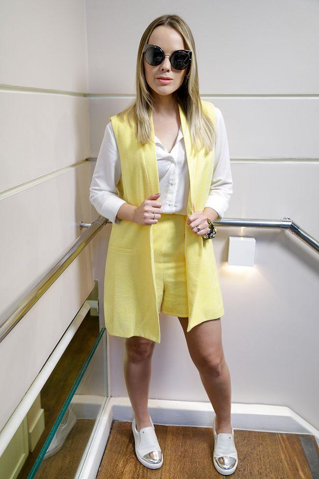 A cantora Thaeme Mariôto veio ao salão usando um conjunto de alfaiataria moderna, combinada com tênis para descontrair o visual. Confira e get the look!