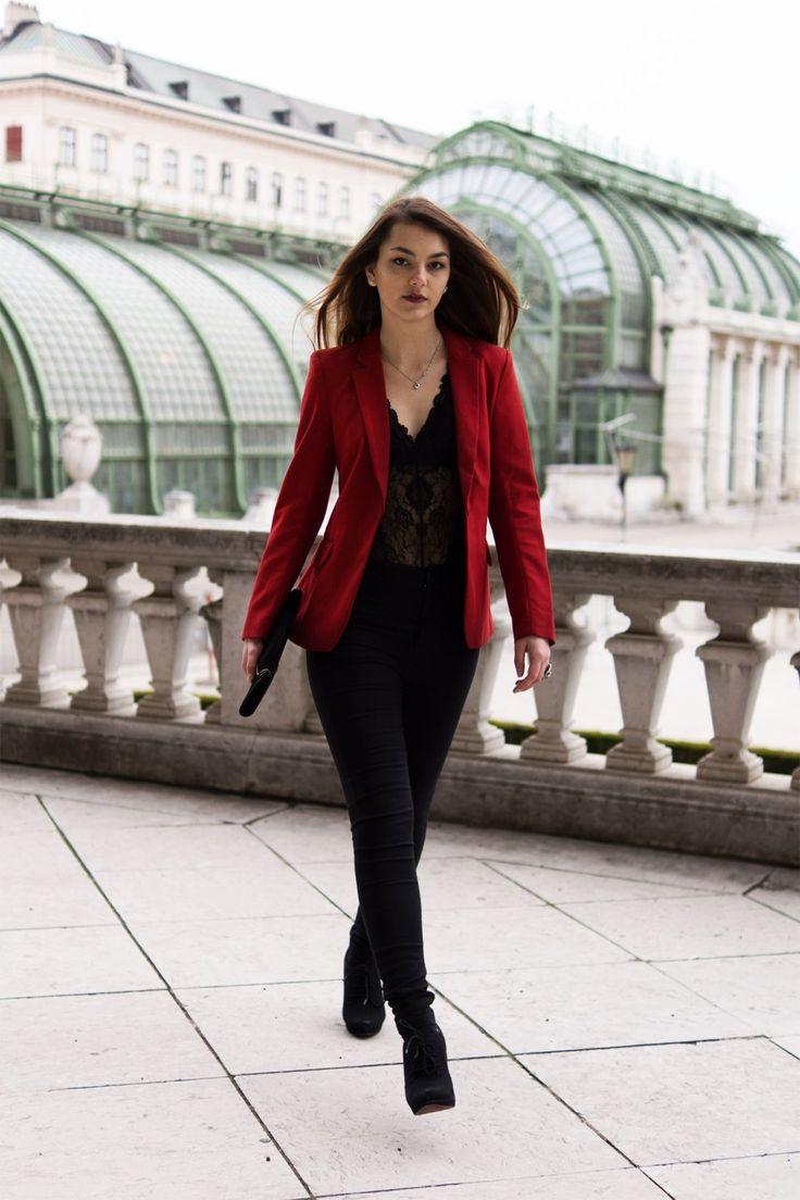 Sexy Valentinstagslook mit Spitzenbody und rotem Blazer von H&M