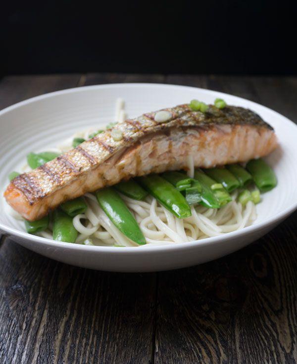 zalmfilet met sojasaus, noodles en peultjes #zalm #noodles - Great Little Kitchen