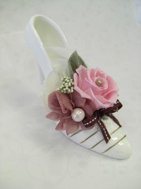 白いハイヒールを花器に見立て、ピンクのバラを挿したプリザーブドフラワーです。プリザーブドプラワーならではの作品です。昼間のパーティーやエレガントなカフェにアク...|ハンドメイド、手作り、手仕事品の通販・販売・購入ならCreema。