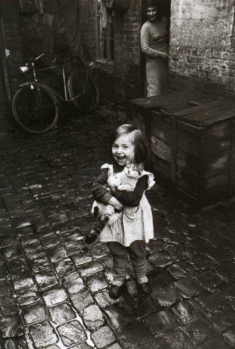 Jean-Philippe Charbonnier:  La filette au chat,  Paris, 1958: Cats, Little Girls, Jeanphilipp Charbonni, Girls Generation, Jeans Philippe Charbonnier, Au Chat, 1958 59, Vintage Photo, Black