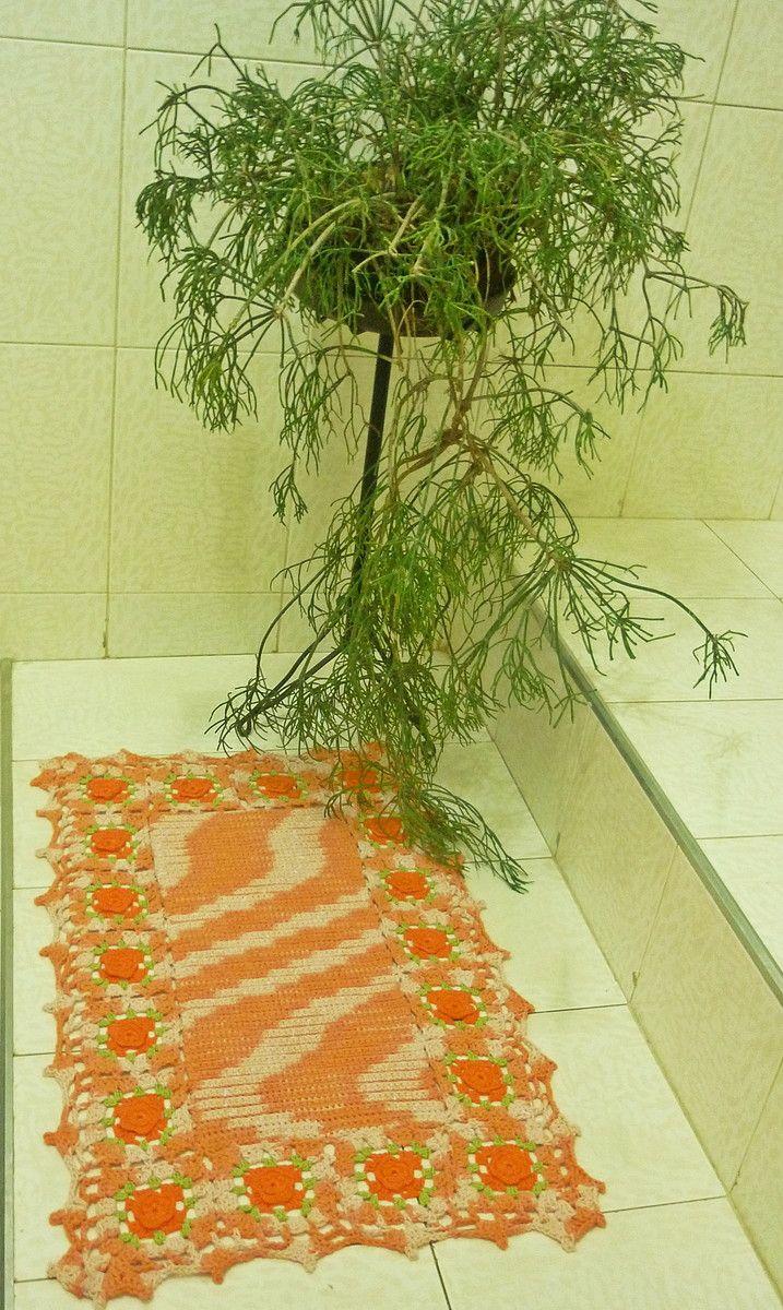 Tapete de crochê, confeccionado com barbante mesclado laranja,centro em relevo,cercado por quadrados de flores laranja e verde e acabamento com barbante laranja. <br>Feito sob encomenda. Também pode ser feito em tamanho maior e cores diferentes .