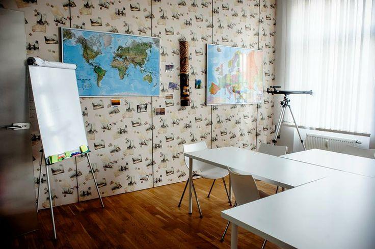Každá místnost v Uniferu má svou jedinečnou atmosféru. Tato je laděná do cestovatelského stylu. #Unifer #office #kancelar