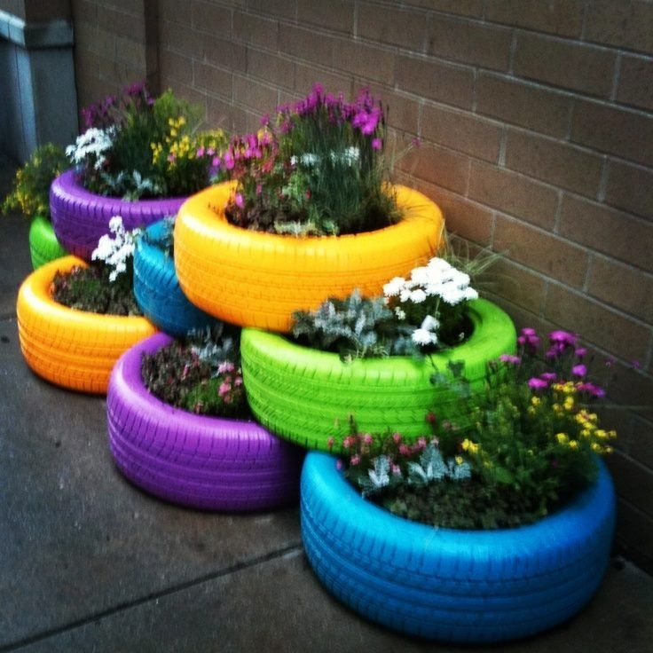 Verf oude autobanden, doe er grondzeil in en vul ze met aarde en planten.