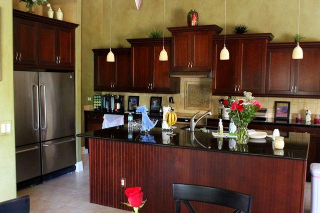 I love this kitchen!   http://justagirlblog.com/2011/08/florida-house-tour.html?utm_source=feedburner&utm_medium=feed&utm_campaign=Feed%3A+justagirlblog%2FTjAN+%28Just+a+Girl%29