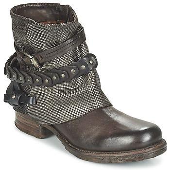 Muy conocida por sus creaciones con carácter, la marca Airstep / A.S.98 vuelve a dar en el clavo gracias a esta bota para mujer Saint Lu. Fabricadas en piel, han sabido apropiarse el estilo para reinventarlo. Para un mayor confort, está dotada de una suela en sintético flexible. ¡No busques más, es perfecta! - Color : Marrón - Zapatos Mujer 189,00 €