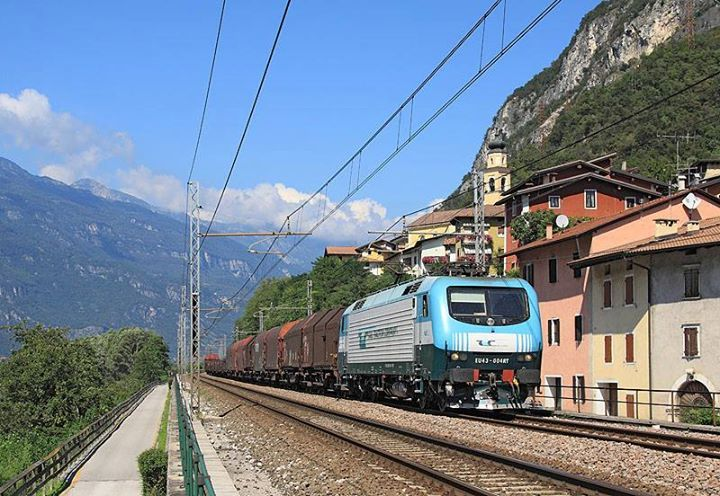 EU43 004 passes Serravalle All'Adige whilst working 44121 from Brennero to Brescia Scalo - by Laurence Sly - 8 September 2014