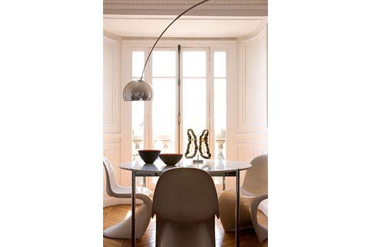 Un design à la fois moderne et classique dans la salle à manger - Déco éclectique pour un appartement haussmannien - CôtéMaison.fr