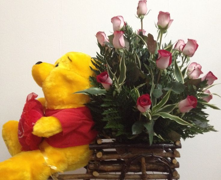 arreglo floral con osito winnie poh