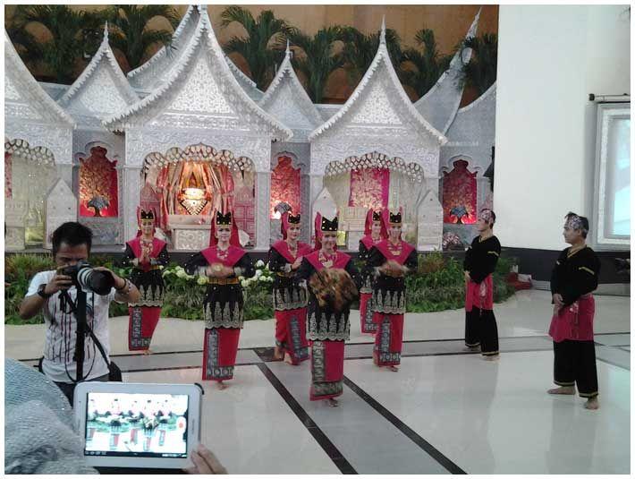Soraya Wedding Organizer | Gallery Pelaminan.  Pelaminan Minangkabaul dengan nuansa merah muda.