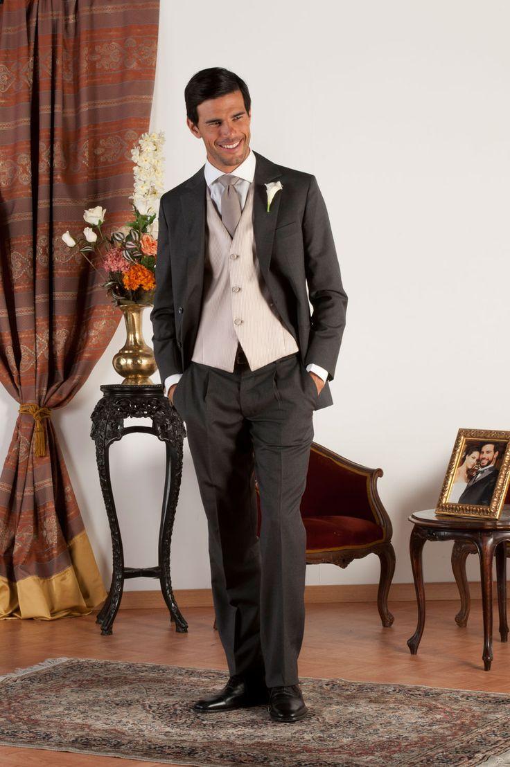 CALEV Abito sartoriale completo realizzato in fresco di lana grigio con revers classiche, gilet in jacquard di seta beige antico, bottoni in madreperla naturale