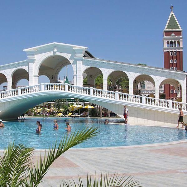 Akdeniz kıyılarının gizemli güzelliklerini kendine özgü atmosferi ile Venezia Palace'da keşfedin.
