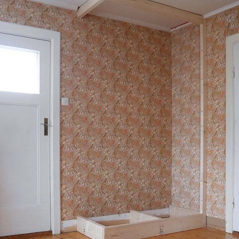 Platsbyggd garderob på gång! Vi är inga snickare direkt, men det verkar gå bra ändå. Tak- och golvlister har tillkommit och snart ska den få lite färg. Sen återstår bara att beställa dörrar! Om någon kan tipsa om en snabb snickare som gör överfalsade dörrar i närheten av Eksjö i Småland så hojta. #diy #garderob #platsbyggdgarderob #platsbyggd #funkishus #funkis #eksjö #småland
