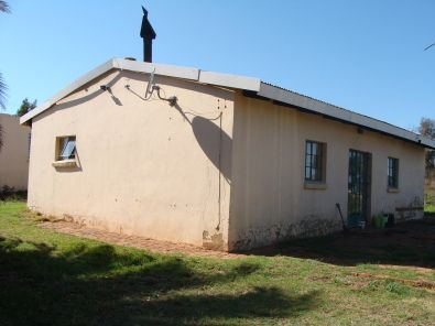 3,2 Ha on tar between Krugersdorp and Hekpoort. 2 Bedroom cottage and 4 tunnels for growing veges or flowers. Strong borehole. Only R595,000.00 | 32333405