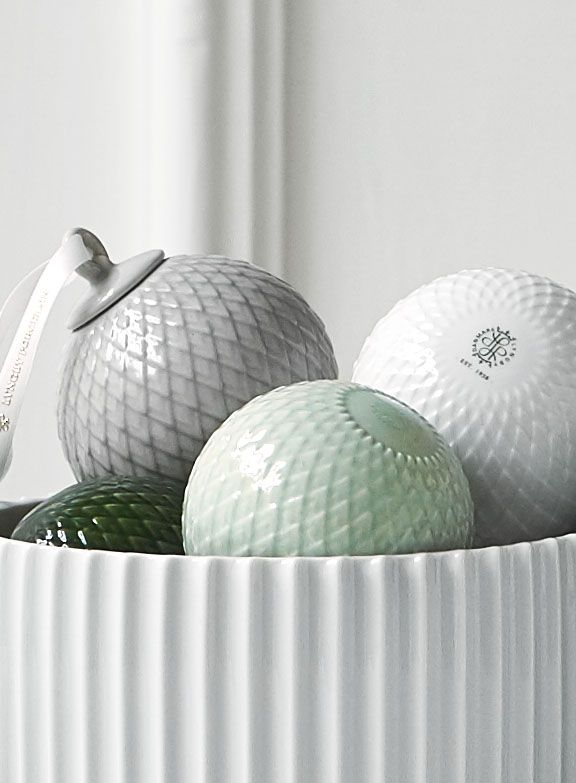 Klare rene linjer, det fineste porcelæn og mønstre fra arkiverne. Rhombe er en hyldest til det klassiske. Rhombe-mønstret er hentet fra Lyngby Porcelæns store designarkiv og sås første gang på den populære Danild-serie i 1961. #inspirationdk #DanskDesign #lyngbyporcelæn #Rhombe #Rhombejulekugle #Christmas