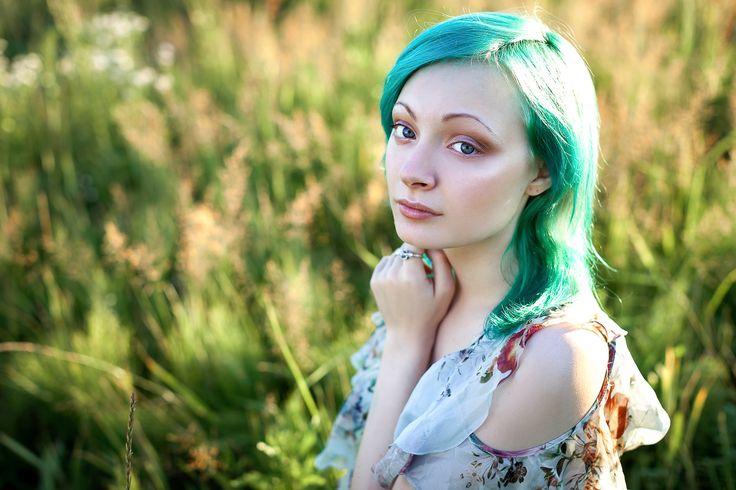 девушка с зелеными волосами в поле