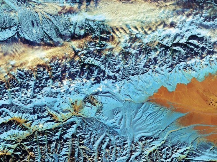 Lo que vemos en esta imagen del satélite Sentinel-2A es el paisaje volcánico de la isla más grande del archipiélago hawaiano. Ubicadas en el Océano Pacífico central, las islas, atolones e islotes de Hawái se desarrollaron a partir de un punto caliente en el manto de la Tierra que filtró magma mientras la placa tectónica del Pacífico se movía hacia el noroeste, creando un sendero de roca expuesta. Esta isla es la más joven de la cadena y volcánicamente activa. Podemos ver claramente el…