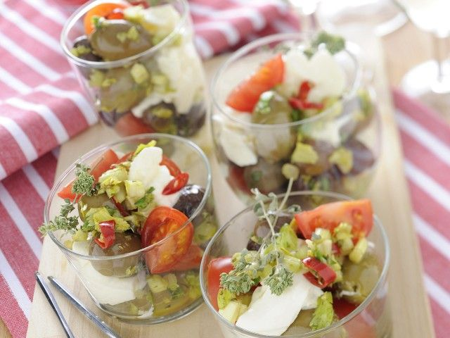 Bicchierini con olive e burrata : Scopri come preparare questa deliziosa ricetta. Facile, gustosa e adatta ad ogni occasione. Questo antipasto ha un tempo di preparazione di 15 minuti.