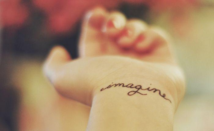 dezente Tattoo Ideen für Frauen-Aufschrift am Handgelenk Imagine