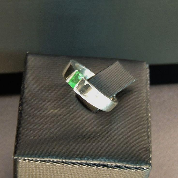 Anillo en plata 950 con esmeralda cuadrada en efecto flotante (Talla 6 ½ US). RES023 Precio COP $391.000 Contactanos www.makla.co. Ring / Colombian Emerald / Sterling Silver
