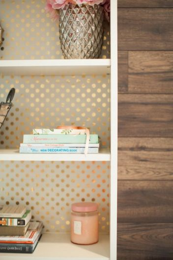 Wallpaper-on-the-back-of-shelves-makes-all-the-difference.png (352×529)