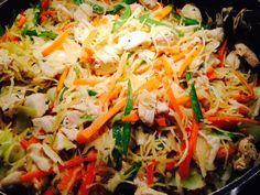 Super sund wok ret med få kalorier ca. 280 kal pr. 100 g. 280 g. kyllingefilet i tern eller strimler 2 tsk. Olie til stegningen 2 tsk. revet ingefær 2 spsk. frisk hakket koriander 1-2 fed hvidløg presset Sambal oelek efter smag. 4 spsk. Soja citronsaft 100 g. Sukkerærter i strimler 200 g. Hvidkål snittet…