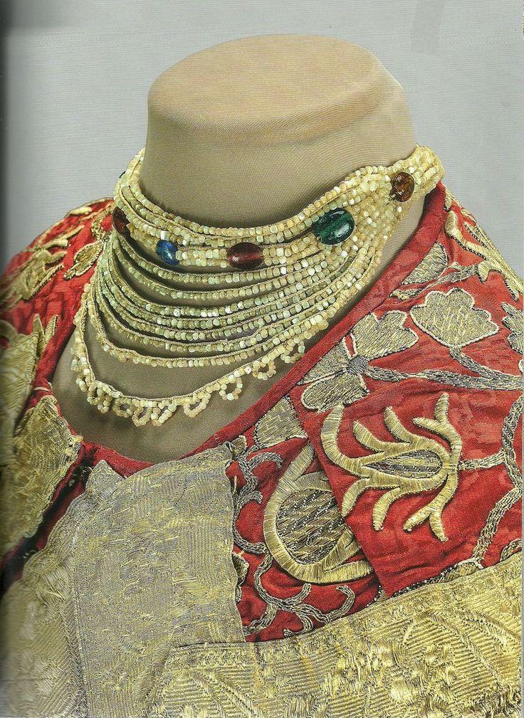 Центральная Россия. Конец XVIII — начало XIX века. Ожерелье: перламутр, стекло, лен, шелк; вышивка.