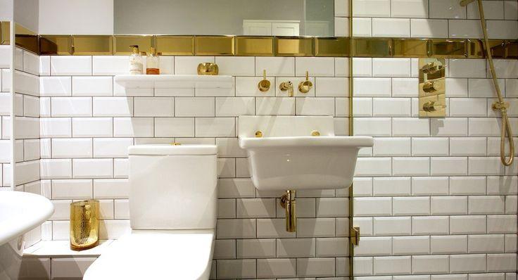 Восхитительно роскошная и по-английски утилитарная 🛀 маленькая ванная Здесь всё тщательно распланировано и замечательно работает в связке🙋 На заметку 📝  #дизайн #интерьер #стиль #ванная #сантехника #плитка