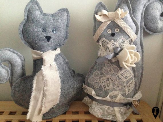 Gatti sposi in feltro  di ELISABETOWN su Etsy #felt #cats #padded #wedding #marriage #just #married #love #lace #flower #couple #lovers #gatti #imbottiti #feltro #tessuto #canvas #pizzo #fiori #matrimonio #sposi #coppia #amore #nozze #decorazione #decoration #shabby #chic #party #idea