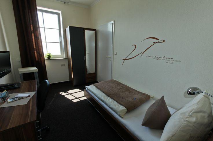 Unsere kleineren Einzelzimmer bieten einen wundervollen Blick auf den Jadebusen. In diesem Zimmer steht ein 90 cm breites Wohlfühlbett für Sie bereit. Über einen Balkon verfügen diese Zimmer nicht.