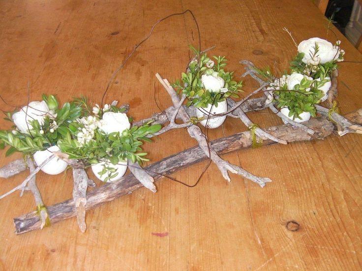 Op het frame van takken zijn eieren bevestigd. #Bloemschikken #Decoreren pompoenzaden-decoshop.nl
