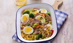 Salada morna de grão com atum é um prato saudável e prático para levar para o…