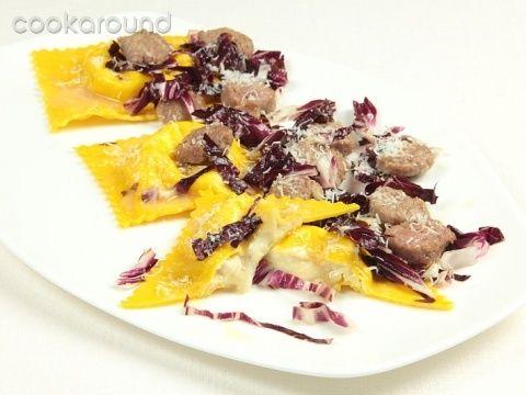 Ravioli ai 4 formaggi con radicchio e salsiccia