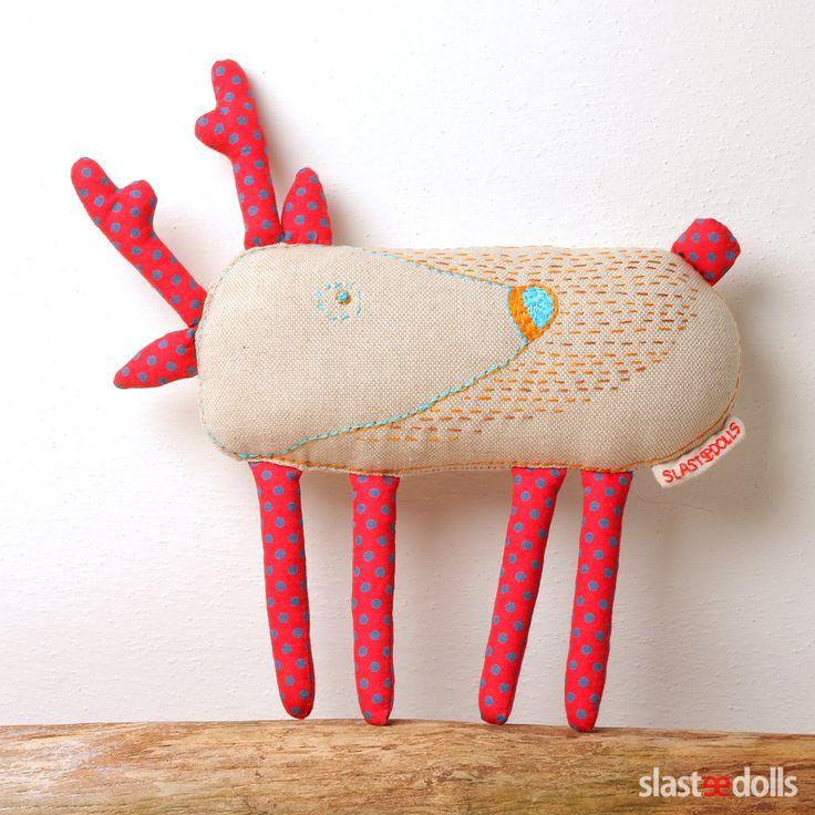 Jelen I - autorská hračka Představujeme Vám sérii hraček Kamarádi z lesa. Jelen je šitý ručně (bez šicího stroje) z bavlny, plněný je dutým vláknem. Jelen je zdoben ruční výšivkou. Milá hračka nebo dekorace do pokojíčku. Délka 19 cm, šířka 23 cm.