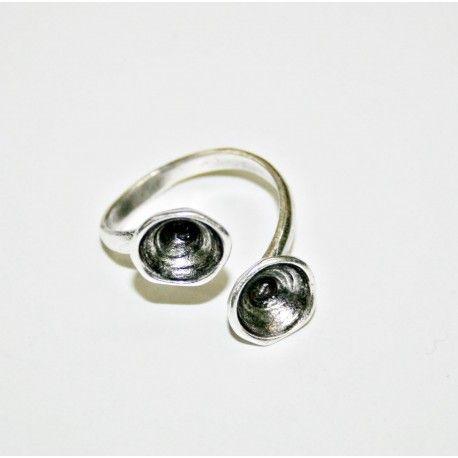 Anillo bañado en plata de latón, por lo que podrás ajustarlo al tamaño del dedo. Para hacer este anillo solo tienes que pegar dos cristales (chatones)de Swarovski de 8,16mm, pueden ser del mismo color o combinados.